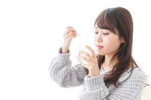 粉薬を服用する女性の写真素材 [FYI04723543]