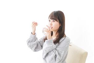 粉薬を服用する女性の写真素材 [FYI04723553]