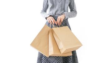 ショッピングをする女性・顔なしの写真素材 [FYI04723554]