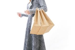 ショッピングをする女性・顔なしの写真素材 [FYI04723562]