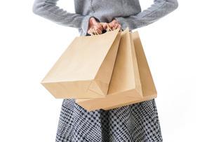 ショッピングをする女性・顔なしの写真素材 [FYI04723563]