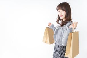 ショッピングをする若い女性の写真素材 [FYI04723567]