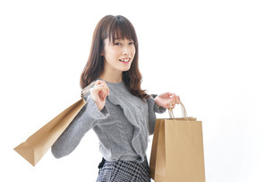 ショッピングをする若い女性の写真素材 [FYI04723569]