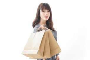 ショッピングをする若い女性の写真素材 [FYI04723570]