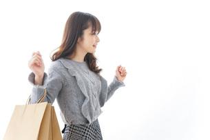 ショッピングをする若い女性の写真素材 [FYI04723571]