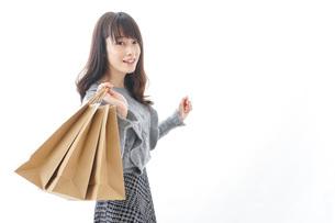 ショッピングをする若い女性の写真素材 [FYI04723575]