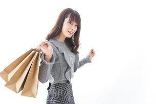 ショッピングをする若い女性の写真素材 [FYI04723576]