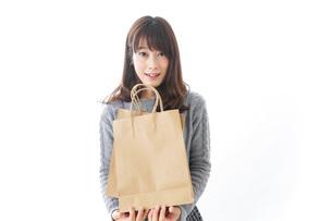 買い物をする若い女性の写真素材 [FYI04723582]
