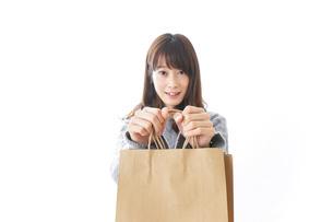 買い物をする若い女性の写真素材 [FYI04723585]