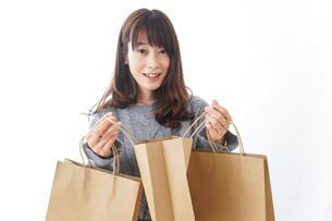ショッピングをする若い女性の写真素材 [FYI04723586]