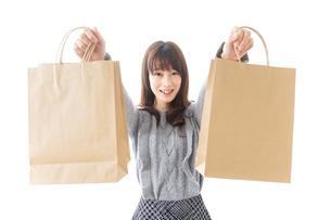 買い物をする若い女性の写真素材 [FYI04723590]