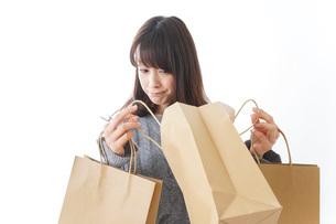 ショッピングをする若い女性の写真素材 [FYI04723591]