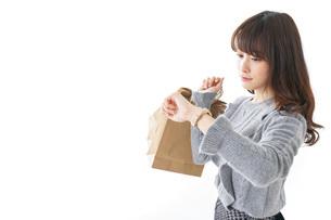 買い物をする若い女性の写真素材 [FYI04723593]