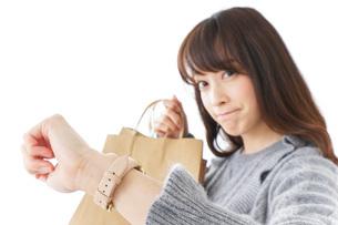 買い物をする若い女性の写真素材 [FYI04723598]