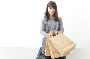 ショッピングをする若い女性の写真素材 [FYI04723600]