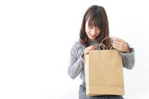 ショッピングをする若い女性の写真素材 [FYI04723604]