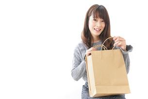 買い物をする若い女性の写真素材 [FYI04723605]