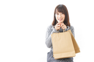 買い物をする若い女性の写真素材 [FYI04723609]