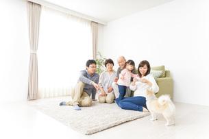 家族全員で写真を撮るファミリーの写真素材 [FYI04723627]