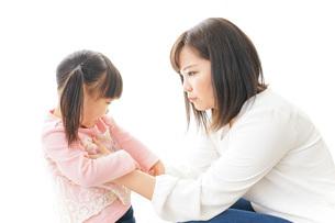 子どもをしつけするお母さんの写真素材 [FYI04723629]