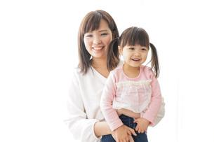 子どもを抱っこするお母さんの写真素材 [FYI04723670]