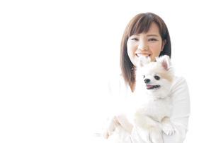 犬を抱く女性・ブリーダーの写真素材 [FYI04723716]