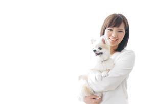 犬を抱く女性・ブリーダーの写真素材 [FYI04723719]