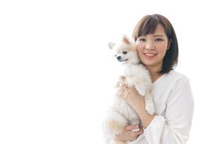 犬を抱く女性・ブリーダーの写真素材 [FYI04723721]