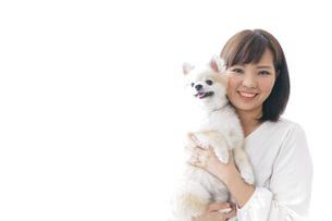犬を抱く女性・ブリーダーの写真素材 [FYI04723729]
