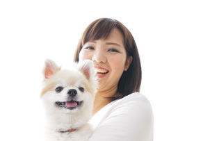 犬を抱く女性・ブリーダーの写真素材 [FYI04723731]