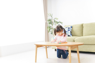 お絵かきをする子ども・教育イメージの写真素材 [FYI04723739]