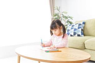 お絵かきをする子ども・教育イメージの写真素材 [FYI04723740]