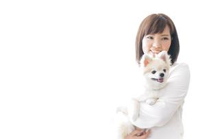 犬を抱く女性・ブリーダーの写真素材 [FYI04723742]
