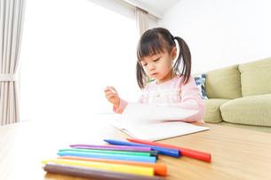 お絵かきをする子ども・教育イメージの写真素材 [FYI04723744]