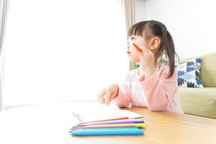 お絵かきをする子ども・教育イメージの写真素材 [FYI04723745]