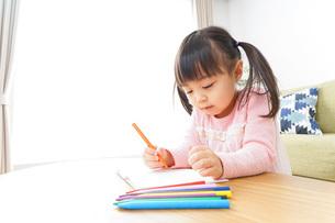 お絵かきをする子ども・教育イメージの写真素材 [FYI04723746]