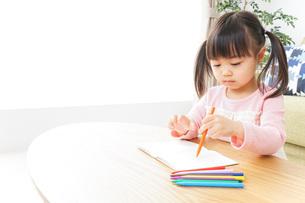 お絵かきをする子ども・教育イメージの写真素材 [FYI04723749]