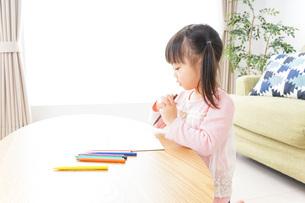 お絵かきをする子ども・教育イメージの写真素材 [FYI04723751]