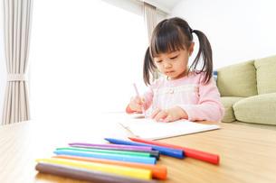 お絵かきをする子ども・教育イメージの写真素材 [FYI04723754]