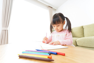 お絵かきをする子ども・教育イメージの写真素材 [FYI04723755]