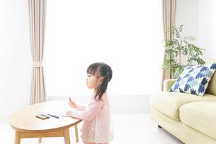 お絵かきをする子ども・教育イメージの写真素材 [FYI04723758]