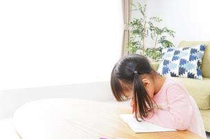 お絵かきをする子ども・教育イメージの写真素材 [FYI04723762]