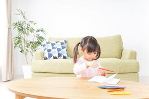 お絵かきをする子ども・教育イメージの写真素材 [FYI04723763]