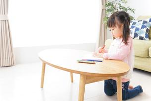 お絵かきをする子ども・教育イメージの写真素材 [FYI04723766]