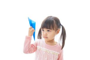 紙飛行機を飛ばす子ども_旅行イメージの写真素材 [FYI04723778]