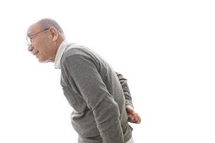 腰痛に苦しむシニア男性の写真素材 [FYI04723798]