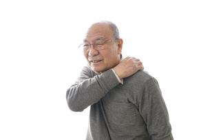 肩こりに苦しむシニア男性の写真素材 [FYI04723800]