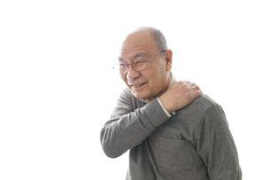 肩こりに苦しむシニア男性の写真素材 [FYI04723802]