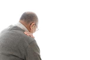 肩こりに苦しむシニア男性の写真素材 [FYI04723805]