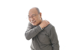 肩こりに苦しむシニア男性の写真素材 [FYI04723807]